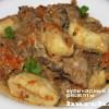Сливочный гуляш с картофельными галушками и грибами