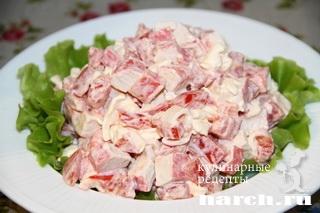 Салат с крабовыми и помидорами