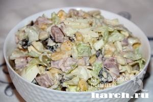 Салат с копченым мясом, черносливом и кукурузой Коктейль