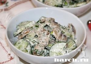 Салат из свежих огурцов с грибами Новодевичий