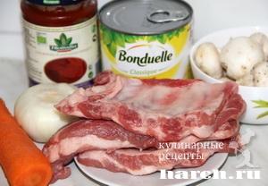 Свиные ребрышки, тушеные с фасолью и грибами