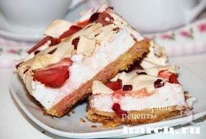 Клубничный пирог с земляникой и белковым кремом
