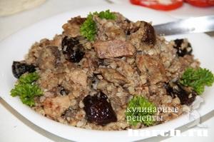 Гречневая каша со свининой, черносливом и грибами