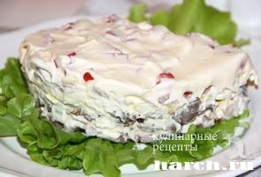 salat s kopchenoy kuricey i kalmarami yugnaya buhta_10