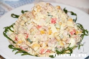 Салат копченой грудинки курицы и крабовыми палочками