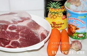 Свиная гармошка с морковью и ананасами в рукаве