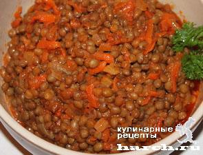 Чечевица с луком и помидорами