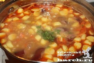 """Фасолевый суп с копченостями и галушками """"Боб-левеш"""""""