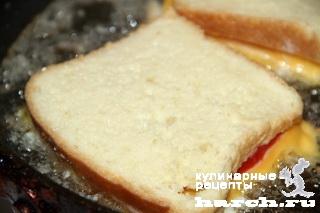 Гренки с колбасой, помидорами и сыром