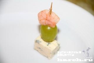 Канапе с креветками, виноградом и сыром