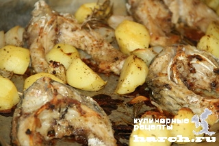 Карп, запеченный с картофелем