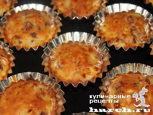 keksi is kabachkov s lukom i sirom 09 Кексы из кабачков с копченостями и жареным луком