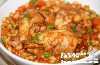 Курица, тушеная с белой фасолью и томатами