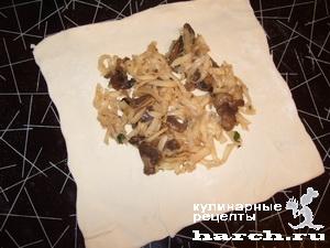 Куриные голени с грибами и сыром в слойке
