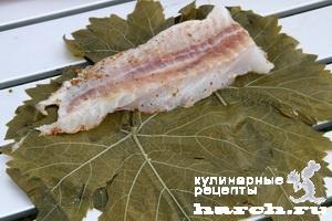 Рыба в виноградных листьях на гриле
