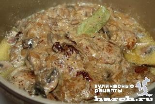 Рулетики из свинины в луково-грибном соусе