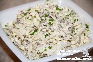 Салат из капусты с говядиной и блинчиками