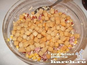 Салат из сухариков и кукурузы колбасы рецепт с