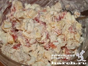 Салат из куриного филе с помидорами и сухариками