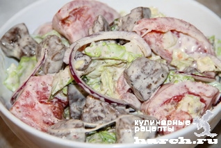 Салат из куриной печени с пекинской капустой и помидорами