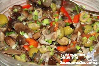 Салат из маринованных грибов с оливками