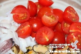 Салат из морепродуктов с луковой заправкой
