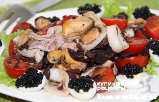 """Салат из морепродуктов с луковой заправкой """"Пиковая дама"""""""