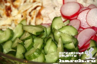 Салат из редиса с огурцом и сырным омлетом