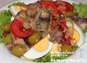 Салат с сардинами и жареным луком