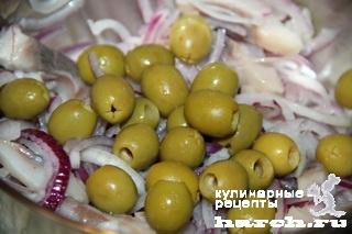 Салат из сельди с оливками и помидорами
