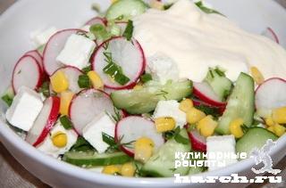 Салат из свежих огурцов с редиской и брынзой