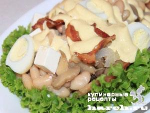 Салат с фасолью и копченой грудинкой