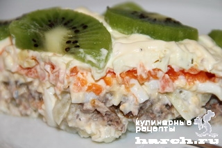"""Салат с консервированной сайрой и киви """"Круиз"""""""