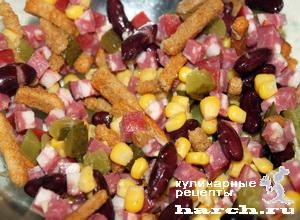 """Салат с копченой колбасой, фасолью, кукурузой и сухариками """"Калейдоскоп"""""""