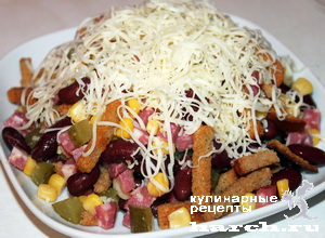 рецепт салата с фасолью и сухариками и колбасой