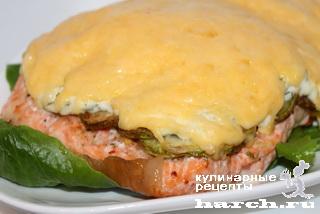 Семга, запеченная с кабачками под сыром
