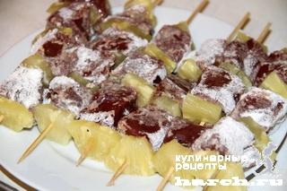 Шашлычки из печени с ананасом на шпажках