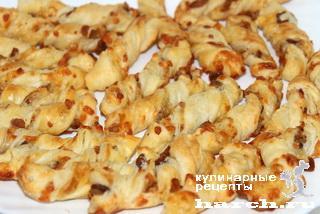 Слоеные палочки с грудинкой и сыром