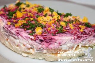 Слоеный салат с отварной рыбой и свеклой