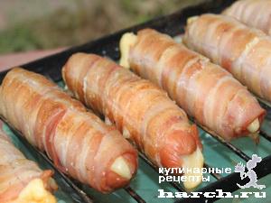 Сосиски с сыром в беконе