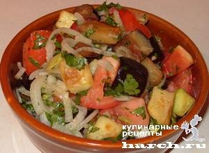 Теплый салат из жареных баклажанов и кабачков с помидорами