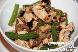 Теплый салат со свининой и стручковой фасолью