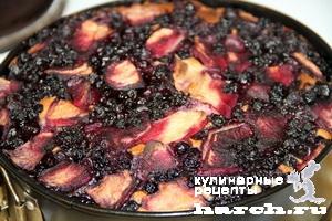 Яблочный пирог с черникой и орехами