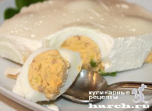 Яйца, фаршированные сельдью, в майонезной заливке