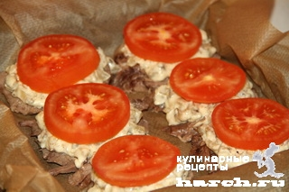 Язык, запеченный с грибами и помидорами под сыром